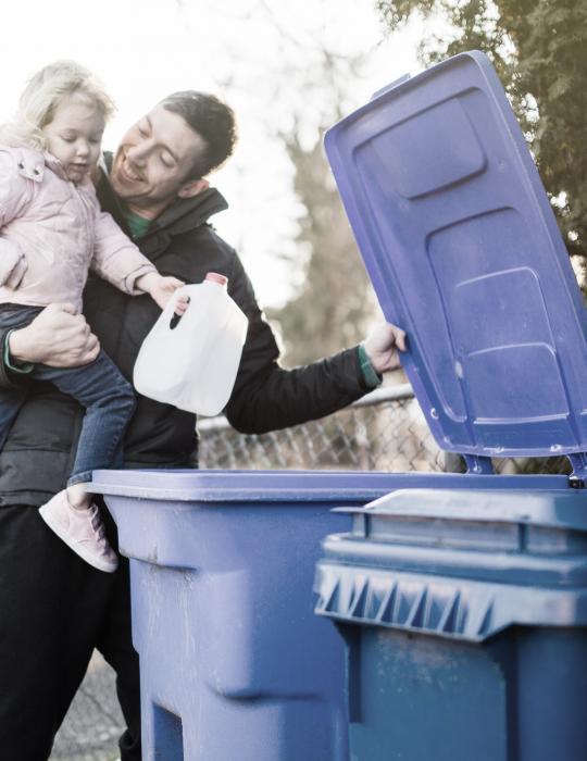 Père et fille qui recyclent