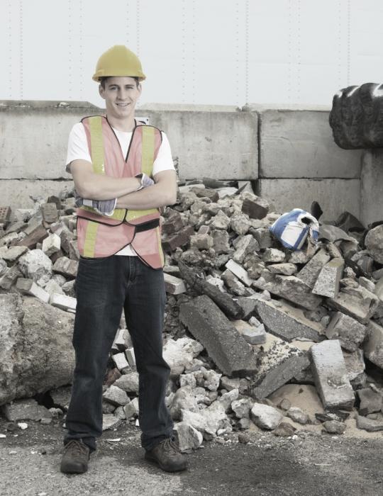 Homme devant des résidus de construction
