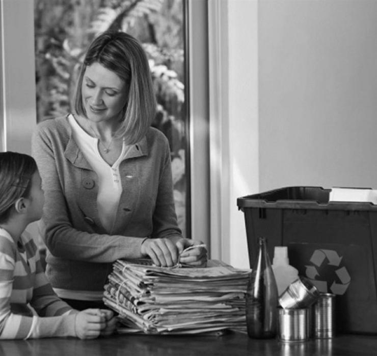 Photo d'une mère avec sa fille et un bac de récupération