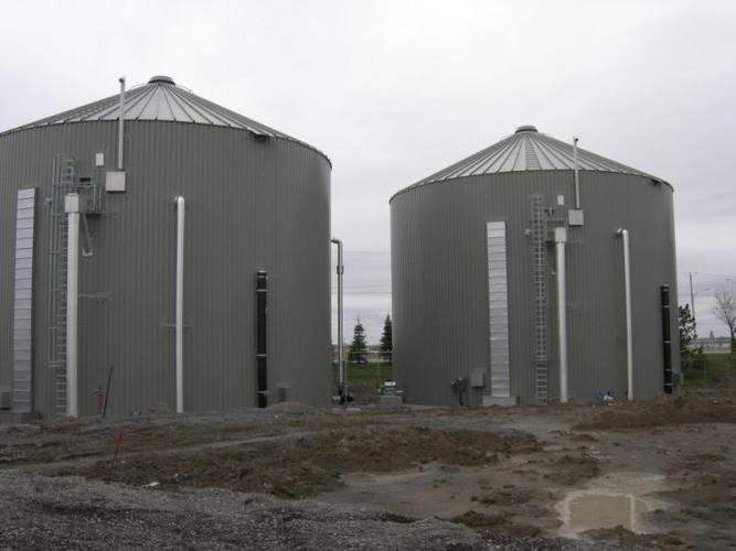 Photo de 2 digesteurs de la Ville de Saint-Hyacinthe, pionnière de la biométhanisation au Québec.