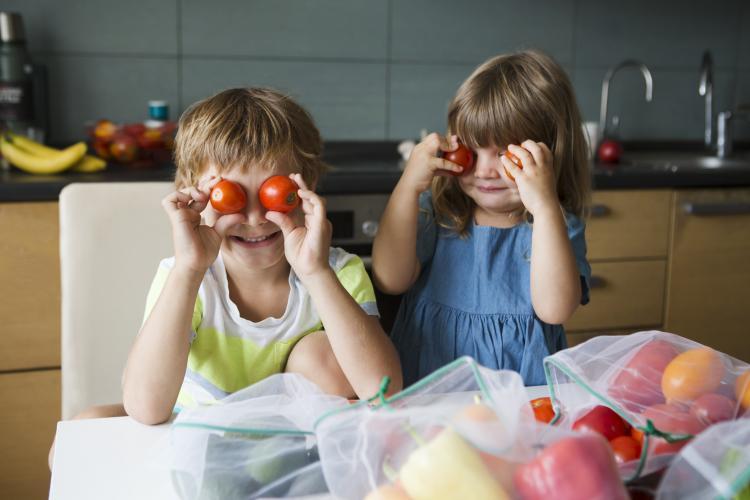 Enfants avec de la nourriture